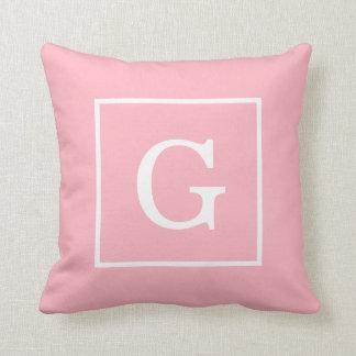 Monograma inicial enmarcado blanco rosado almohadas