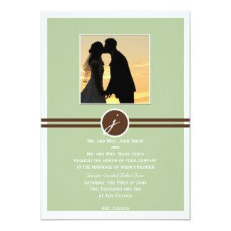 Monograma juguetón en la invitación sabia del boda