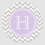 Monograma lila en elegante chevrón gris pegatina redonda
