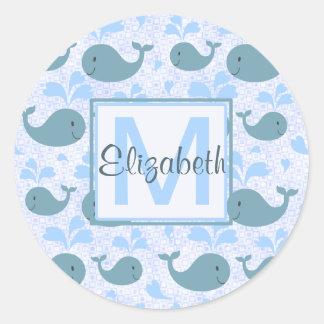 Monograma lindo del modelo de las ballenas azules etiqueta redonda
