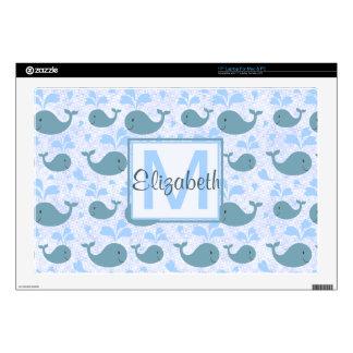 Monograma lindo del modelo de las ballenas azules skins para portátil