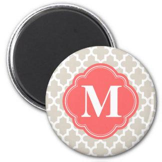Monograma marroquí moderno beige y coralino de imán redondo 5 cm