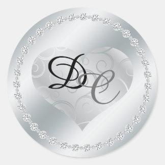 Monograma metálico del corazón de la hoja de plata pegatina redonda