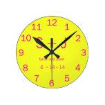 Monograma moderno - amarillo y rosa reloj de pared