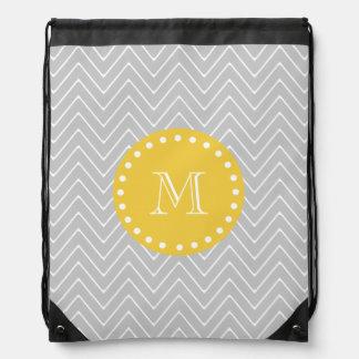 Monograma moderno gris y amarillo del personalizad mochila