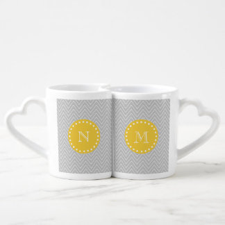 Monograma moderno gris y amarillo del personalizad tazas amorosas