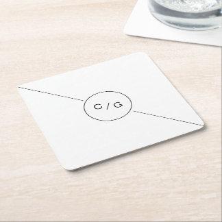 Monograma moderno minimalista blanco y negro del posavasos desechable cuadrado