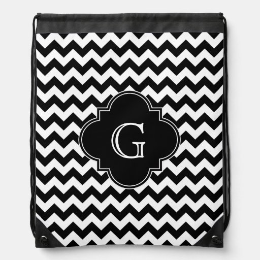 Monograma negro blanco negro de Chevron Quatrefoil Mochilas