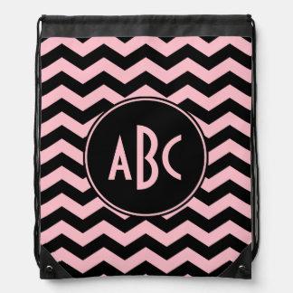 Monograma negro y rosado del zigzag mochilas