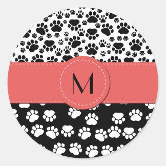 Monograma - patas del perro, rastros - rojo negro etiqueta redonda