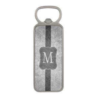 Monograma personalizado gris sucio abrebotellas magnético