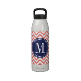 Monograma personalizado zigzag coralino de Chevron Botellas De Agua Reutilizables