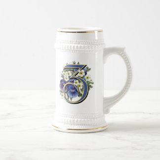 Monograma pintado a mano de la inicial del jarra de cerveza