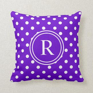 Monograma punteado polca púrpura elegante cojín