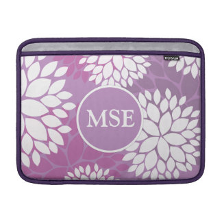 Monograma púrpura de las flores blancas funda macbook air