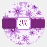 Monograma púrpura de las margaritas etiquetas redondas