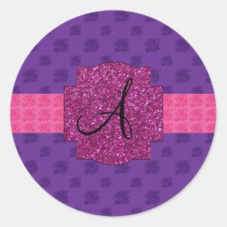 Monograma púrpura de los rosas pegatinas redondas