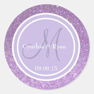 Monograma púrpura del boda del brillo y de la pegatina redonda