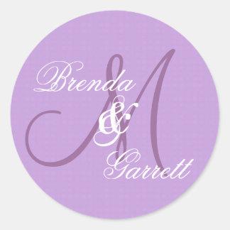 Monograma púrpura elegante M del boda o inicial Pegatina Redonda