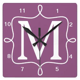 Monograma púrpura elegante reloj cuadrado