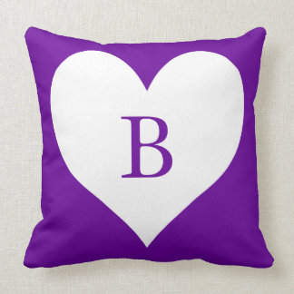 Monograma púrpura y blanco del corazón almohada