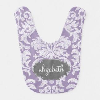Monograma púrpura y gris del modelo del damasco babero para bebé