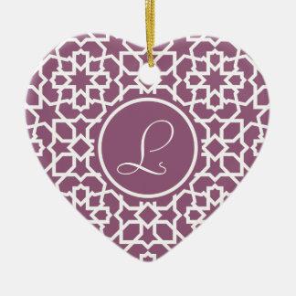 Monograma púrpura y mosaico geométrico de arabesco adorno navideño de cerámica en forma de corazón