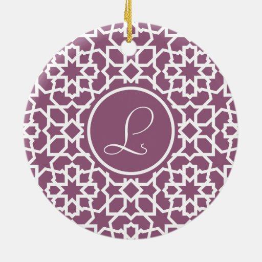 Monograma púrpura y mosaico geométrico de arabesco adorno navideño redondo de cerámica