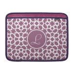 Monograma púrpura y mosaico geométrico de arabesco fundas macbook air