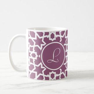 Monograma púrpura y mosaico geométrico de arabesco taza básica blanca