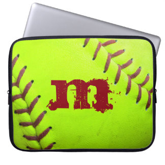 "Monograma rápido amarillo 15"" de Pitc del softball Mangas Computadora"