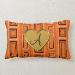 Monograma retro anaranjado de los cuadrados almohada