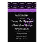 Monograma retro púrpura y negro del cordón que cas invitación personalizada