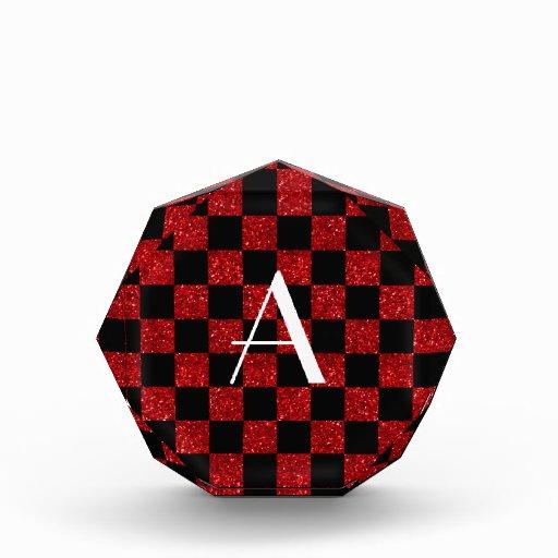 Monograma rojo y brillo negro a cuadros