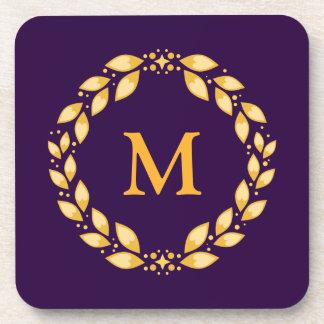 Monograma romano con hojas de oro adornado de la posavasos
