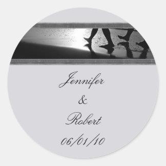Monograma romántico del paseo en el gris de plata etiqueta redonda