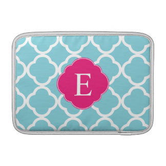 Monograma rosado azul de Quatrefoil Fundas MacBook