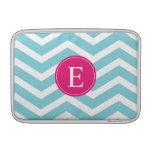 Monograma rosado brillante blanco azul de Chevron Fundas MacBook