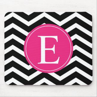 Monograma rosado brillante blanco negro de Chevron Tapetes De Ratones