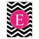 Monograma rosado brillante blanco negro de Chevron Tarjeta