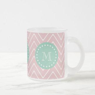Monograma rosado de la verde menta del modelo el taza