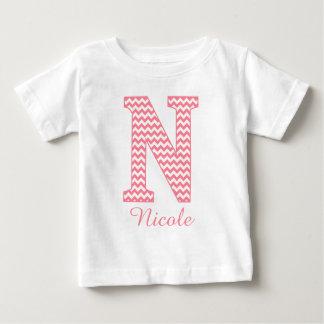 Monograma rosado de muy buen gusto clásico de la playera de bebé