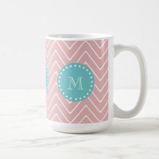 Monograma rosado del trullo del modelo el   de taza básica blanca