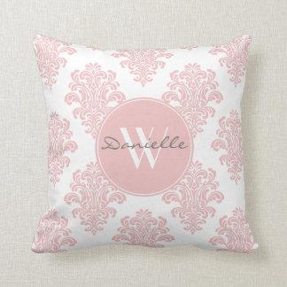 Monograma rosado femenino del damasco cojín decorativo