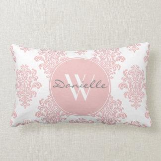 Monograma rosado femenino del damasco cojín lumbar