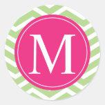Monograma rosado verde de Chevron Pegatina Redonda