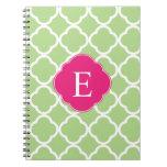 Monograma rosado verde de Quatrefoil Libros De Apuntes