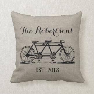 Monograma rústico del boda de la bicicleta del cojín