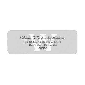 Monograma simple moderno de los gris plateados que etiqueta de remitente