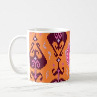Monograma tribal del modelo del ikat anaranjado fe tazas